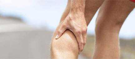 Сводит ноги судорогой – почему, причина по ночам, лечение и что делать
