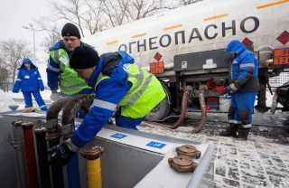 Работники бензозаправок
