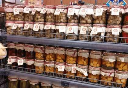 Покупка консервации в магазине
