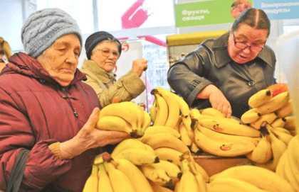 Выбор бананов на прилавке
