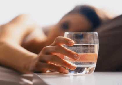 Обильное питье для пострадавшего