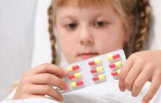 Таблетки в руках ребенка