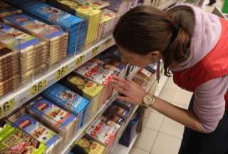 Выбор шоколада в магазине
